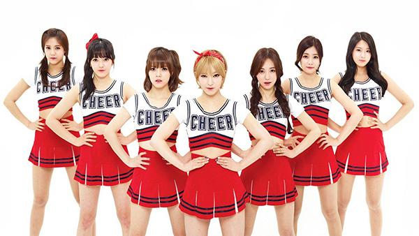 Nét gợi cảm được các thành viên AOA thể hiện rất rõ trong những bộ đồng phục theo style hot girl cổ vũ.