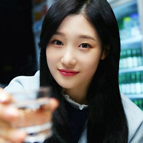 Có vẻ ngoài yểu điệu thục nữ nhưng thực tế, Chae Yeon lại là một cô nàng có tửu lượng khá tốt. Trong một bài phỏng vấn trên tạp chí, nữ ca sĩ sinh năm 1997 tiết lộ cô nàng có nhiệm vụ mua đồ uống có cồn cho cả nhóm DIA, đảm bảo ngăn dưới cùng của tủ lạnh không trống rỗng.
