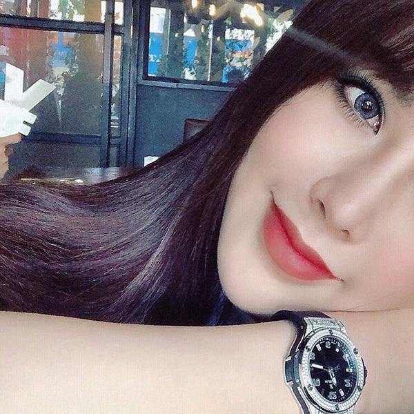 Đẳng cấp của Diệp Lâm Anh còn thể hiện trong việc cô có thể bỏ ra đến hàng trăm triệu đồng chỉ để sở hữu một chiếc đồng hồ Hublot chỉ có giới siêu giàu mới dám đeo.