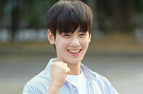 Ngay khi mới debut, Cha Eun Woo đã tự giới thiệu bản thân là chiếc đồng  hồ báo thức của Astro. Anh chàng luôn dậy sớm nhất hội nên  nghiễm nhiên được giao nhiệm vụ gọi cả nhóm thức dậy.