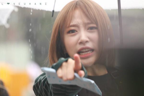 Hani vừa lo lắng vừa giận dữ khi thấy fan đội mưa đứng chờ nhóm.