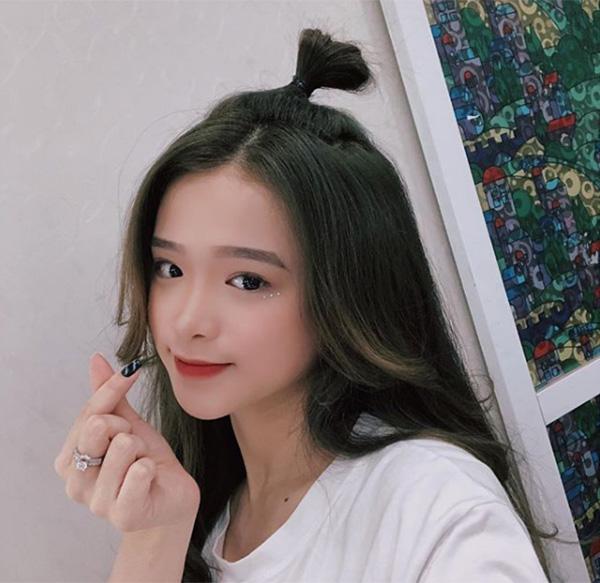 Vốn có niềm đam mê với việc làm đẹp, Linh Ka ngày càng lên tay trong việc trang điểm cho bản thân. Gần đây, cô nàng liên tục khoe diện mạo biến đổi liên tục cùng đủ cách makeup khác nhau. Một trong những phong cách được Linh Ka yêu thích hơn cả là trang điểm nhấn nhá vào đôi mắt.