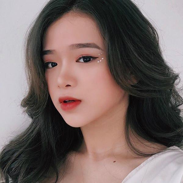 Phong cách trang điểm theo xu hướng Hàn Quốc giúp Linh Ka trông tươi tắn và trẻ trung. Lối làm đẹp này là gợi ý đáng thử cho các teen girl khi muốn có diện mạo ấn tượng để đi chơi hoặc cho những buổi prom của trường.