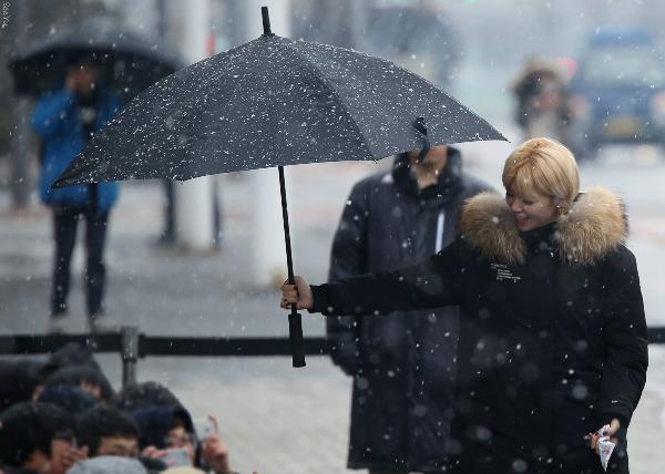Jeong Yeon nhường ô cho các fan dưới trời tuyết lạnh.