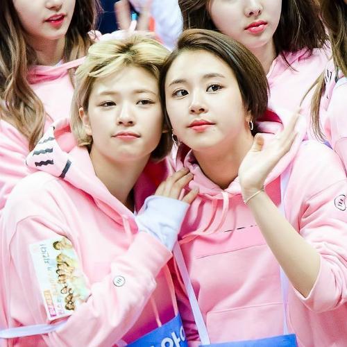 Không đảm nhận vai trò gương mặt đại diện hay thành viên có nhiều aegyo  nhất nhóm, Jeong Yeon và Chae Young lại được chú ý bởi tính cách hài  hước có phần ngốc nghếch và nhiều biểu cảm khó đỡ. Những trò đùa của hai  cô nàng vốn bị chê là thiếu muối nhưng sau đó lại trở thành thương  hiệu, giúp Jeong Yeon và Chae Young hút fan, được gắn biệt danh anh em  thiếu muối.