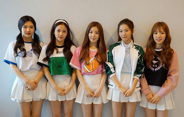 Từng có thời gắn liền phong cách với những bộ đồ kiểu nữ sinh nên Red Velvet cũng được xem là một trong những girlgroup diện kiểu trang phục này đẹp nhất.