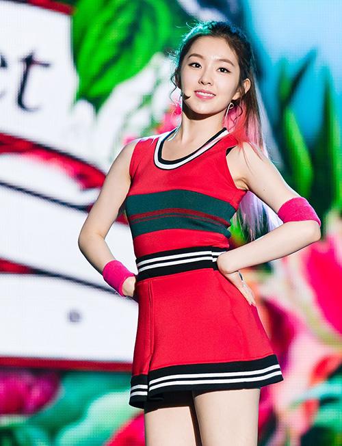 Các cô nàng Red Velvet tuy không có thân hình quá cao ráo nhưng tỷ lệ, đường cong lại rất chuẩn. Họ có thể chinh phục từ kiểu váy tennis skirt cho đến đồ ôm.