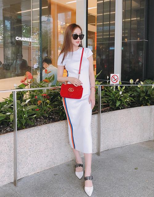 Váy dài quá gối cũng được Kelly Nguyễn yêu thích mùa hè vì đáp ứng được các tiêu chí: không lỗi mốt, khoe dáng tốt, tiện dụng.