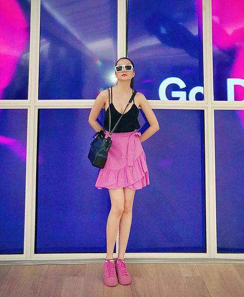 Tông hot pink vốn mặc định là khá trẻ con và sến, tuy nhiên Thiều Bảo Trang vẫn chẳng ngại chinh phục bằng set đồ phối nhuần nhuyễn hai màu đen - hồng.