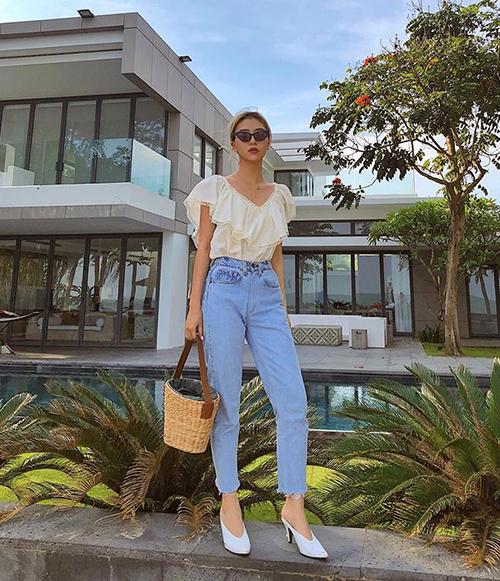 Chất cổ điển được Quỳnh Anh Shyn thể hiện trong từng chi tiết của trang phục, từ áo diềm bèo cho đến quần mom jeans, giày mũi nhọn và túi cói xách tay.