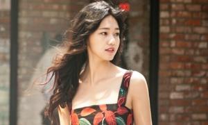 Á hậu Thanh Tú đẹp mơ màng trên đường phố Seoul
