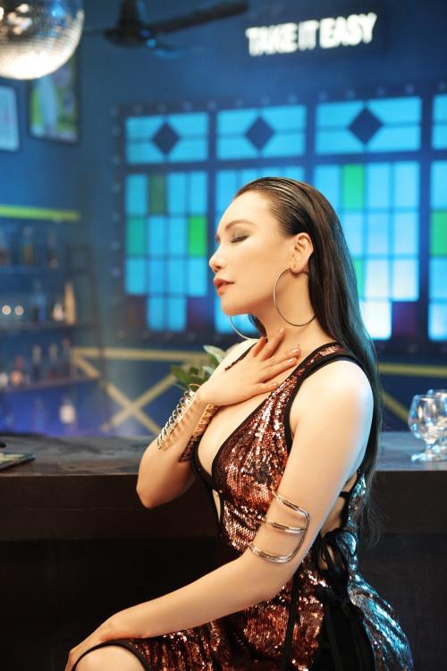 Hình ảnh sexy của Hồ Quỳnh Hương trong MV mới - 1