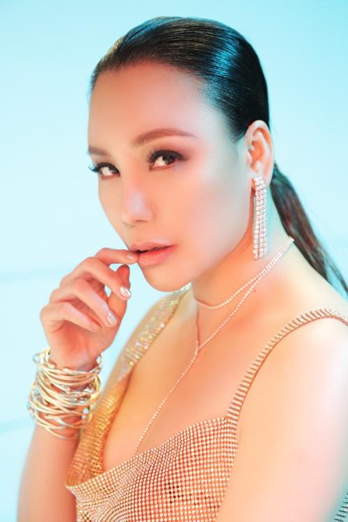 Hình ảnh sexy của Hồ Quỳnh Hương trong MV mới - 3