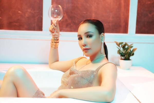 Hình ảnh sexy của Hồ Quỳnh Hương trong MV mới - 4