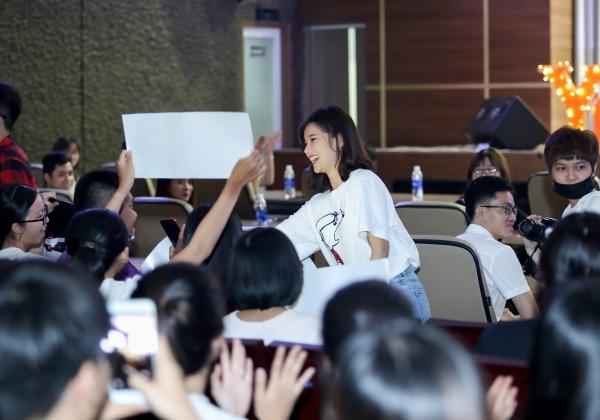 Không khí buổi diễn còn sôi động hơn khi toàn bộ sinh viên cùng hoà giọng. Một số bạn trẻ không ngần ngại song ca cùng Hoàng Yến.