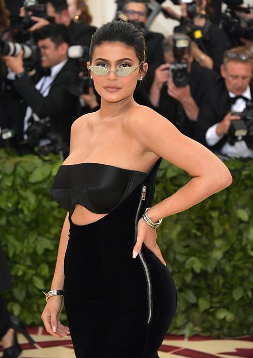 Đây là lần tái xuất đầu tiên của Kylie Jenner trên thảm đỏ sau khi sinh em bé cách đây không lâu. Bộ váy bó sát giúp người đẹp 20 tuổi khoe eo phẳng, hông nở trứ danh.