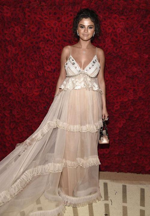 Trang phục khiến người đẹp lộ vóc dáng có phần đẫy đà. Kết hợp cùng cách trang điểm quá nhạt nhòa, Selena trông có phần thiếu sức sống chẳng khác gì mới... ốm dậy.