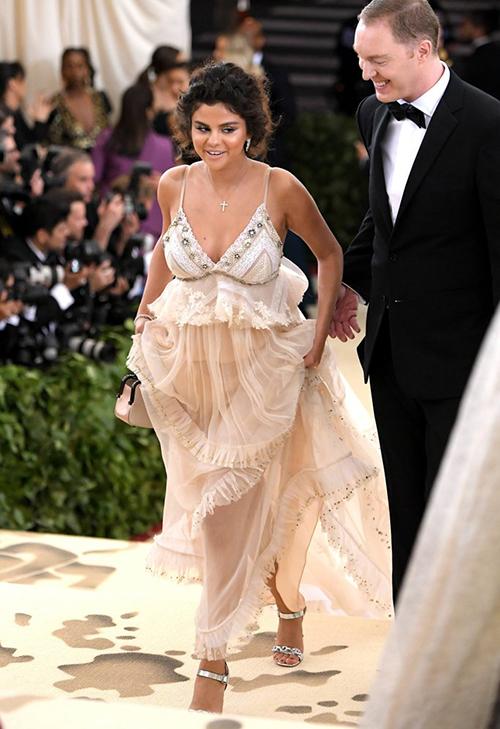 Là một nhân tố được chờ đón nhưng Selena Gomez lại gây thất vọng khi xuất hiện trên thảm đỏ Met Gala 2018. Đến dự sự kiện được xem là Oscar thời trang với chủ đề Công giáo, nữ ca sĩ diện bộ cánh không những lệch tông dress code mà còn bị chê như vừa... bước ra từ phòng ngủ.