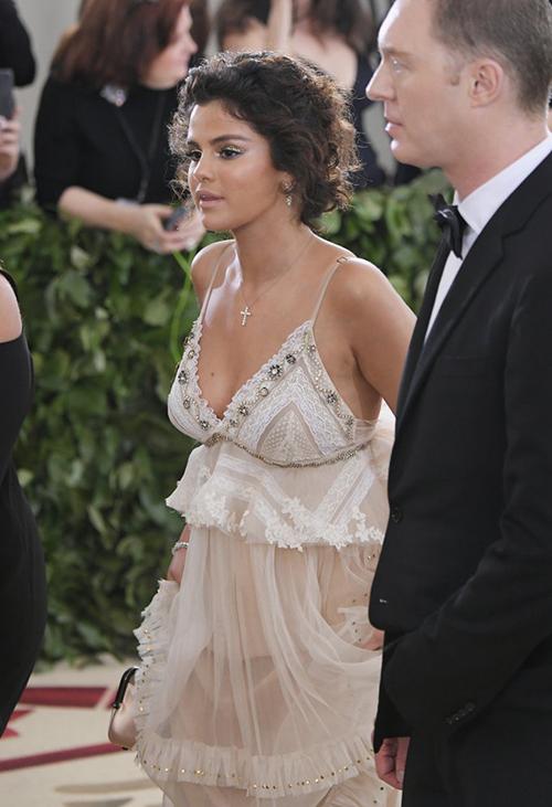 Chiếc váy xuyên thấu mỏng manh bị nhiều người so sánh với nội y. Nhiều tầng lớp vải phức tạp khiến Selena gặp khó khăn khi bước đi, phải liên tục xách váy nên cũng có phần mất thẩm mỹ.
