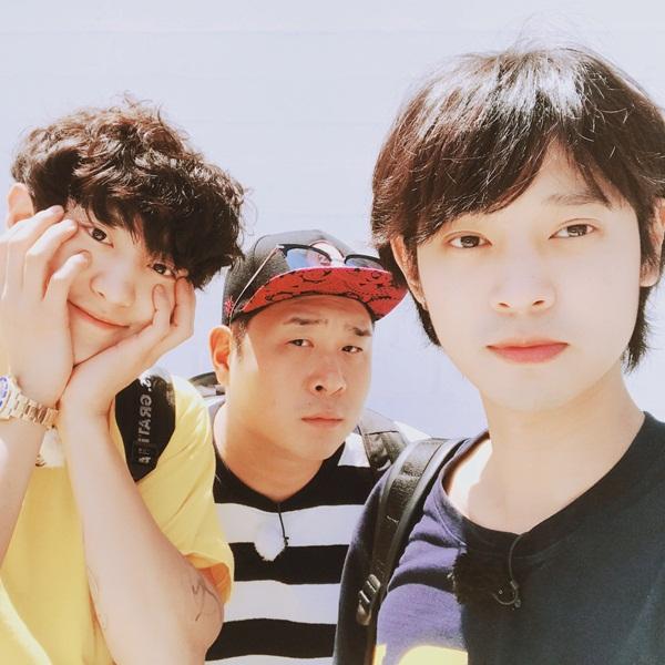 Chan Yeol ôm má đáng yêu khi đi chơi cùng Jung Joon Young ở Venice, California.