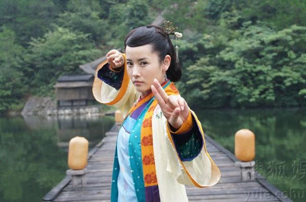 Một vai phụ quan trọng khác trong Ỷ thiên đồ long ký 2018 là Kim Hoa bà bà sẽ do nữ diễn viên Dương Minh Na đóng. Dương Minh Na sinh năm 1976, đã góp mặt trong hàng chục phim truyền hình lớn nhỏ. Cô từng đóng Hoàng Dung trong Thần điêu đại hiệp 2014 (ảnh).