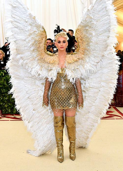 Katy Perry thu hút ống kính khi mang nguyên chiếc cánh thiên thần khổng lồ lên thảm đỏ.