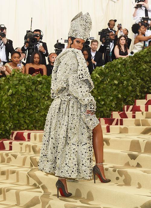 Trang phục nạm đính hàng nghìn hạt cườm, đá li ti giúp cô đi đến đâu là tỏa sáng đến đó.
