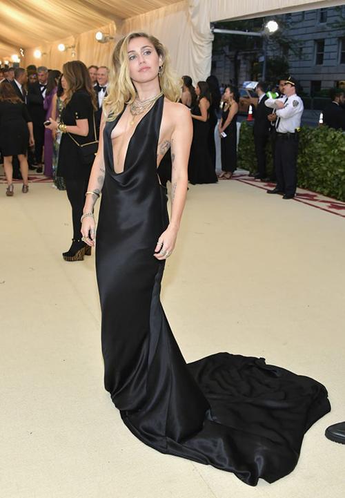 Miley Cyrus diện váy xẻ sâu hút, táo bạo khoe ngực không nội y.