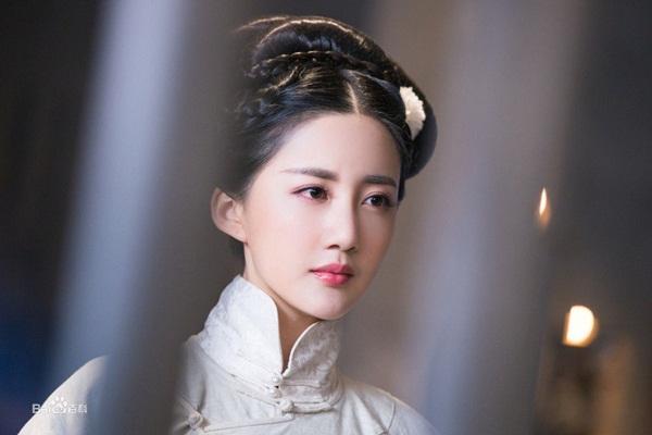 Vai diễn Ân Tố Tố, mẹ của Trương Vô Kỵ, thuộc về Trần Hân Dư. Đây là một gương mặt khá quen thuộc với khán giả qua các phim như Huyễn thành, Độc bộ thiên hạ (ảnh).