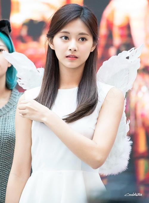 Trong buổi ký tặng, Tzuyu hóa thân vào hình ảnh thiên thần. Cô nàng giống nhân vật bước ra từ phim hoạt hình của Disney.