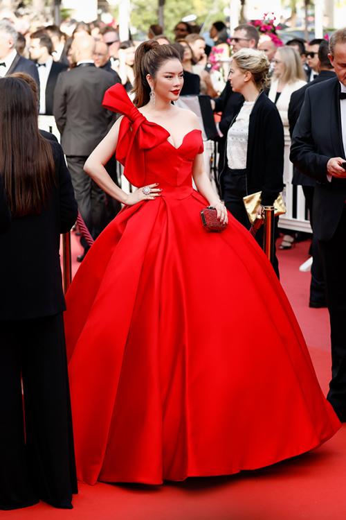 Màu đỏ tươi giúp nổi bật làn da trắng sáng, tuy nhiên phần thân váy được tạo từ 10 mét vải ngoại nhập khiến Lý Nhã Kỳ gặp chút khó khăn khi di chuyển.