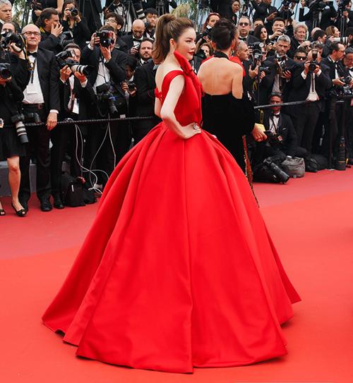 Màu của bộ váy cũng trùng với màu của thảm đỏ.