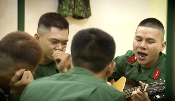 Cả 3 sẽ đối mặt với những bài tập khắc nghiệt, chịu kỷ luật thép trong quân đội và có cả những phút giây ấm áp về tình đồng đội, đồng chí. Chương trình lên sóng vào sáng thứ Bảy hàng tuần trên kênh Truyền hình Quốc phòng Việt Nam (QPVN) từ 12/5.