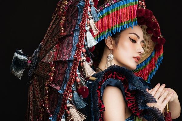 Bộ trang phục giúp Diệu Linh đẹp tựa như một cô thiếu nữ đang độ tuổi xuân sắc, tài năng, xinh đẹp.