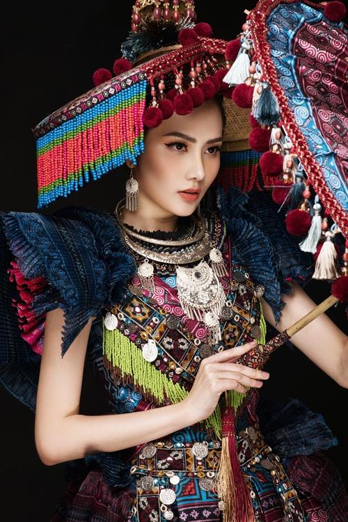 Phần áo được may theo phom dáng người mặc và lấy cảm hứng từ trang phuc lễ cưới của người HMông.