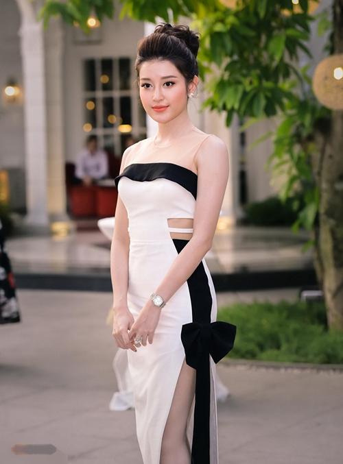 Tiêu chí khi chọn trang phục đi sự kiện của Huyền My là nữ tính và bánh bèo, cũng vì thế nên cô rất dễ gặp những chiếc váy diêm dúa quá mức, nhiều chi tiết thừa kém sang.