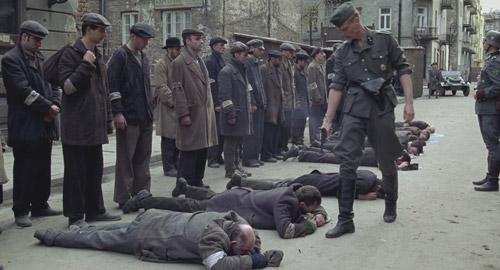 Cảnh phim những người Do Thái bị lính Đức Quốc Xã giết hại.