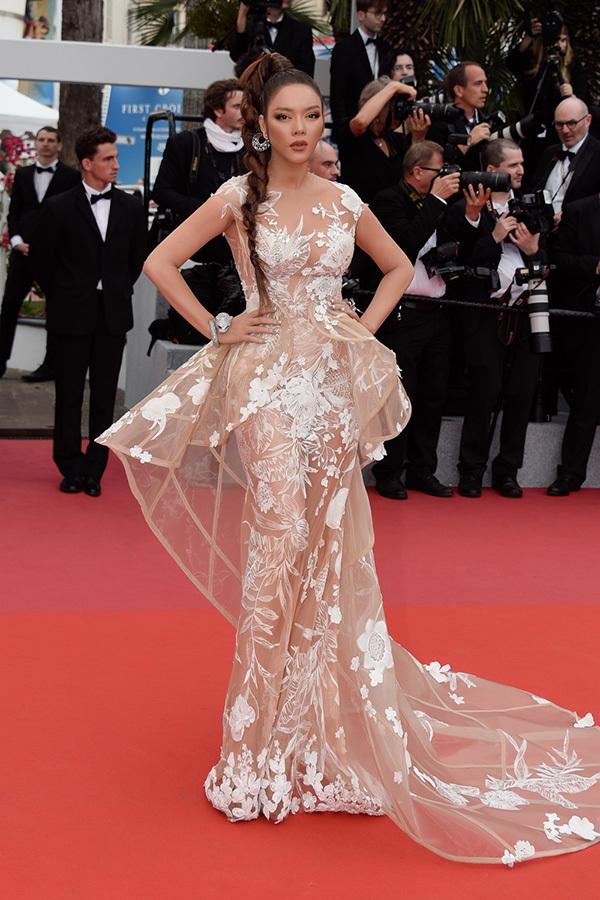 <p> Trong ngày thứ hai của LHP Cannes 2018, Lý Nhã Kỳ làkhách dự ra mắt phim <em>Yomeddine</em> - tác phẩm tranh giải Cành cọ vàng của đạo diễn A.B.Shawky, Ai Cập. Cô chọn hình ảnh của một nàng báo đen mạnh mẽ để sải bước trên thảm đỏ.</p>