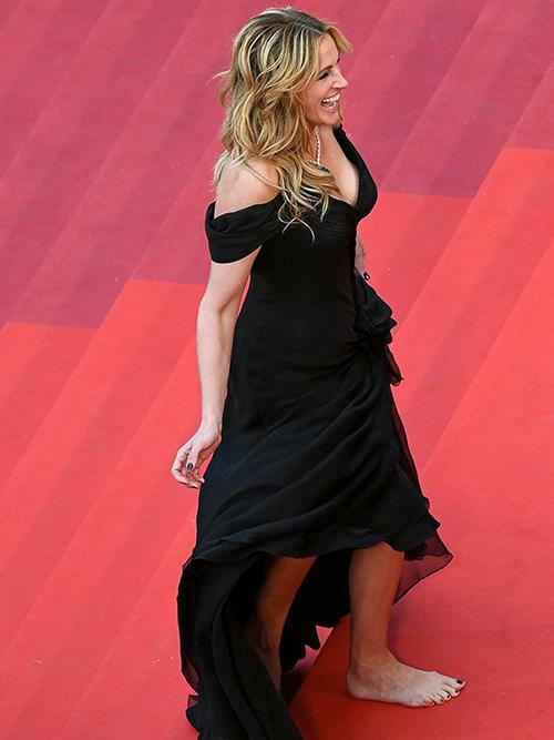 Để phản đối quy tắc này, ở LHP Cannes 2016, Julia Roberts từng mạnh dạn đi chân trần ngay trên thảm đỏ. Hành động phá luật của cô khiến giới mộ điệu xôn xao và tạo nên làn sóng ủng hộ.