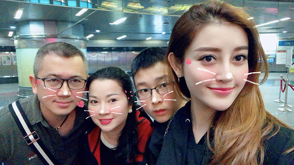 Cả gia đình Huyền My ra sân bay tiễn cô nàng đi công tác.