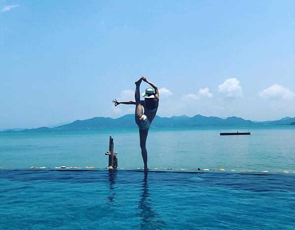 Phương Trinh Jolie thực hiện động tác yoga giơ chân cao thẳng tắp chẳng khác gì diễn viên múa.