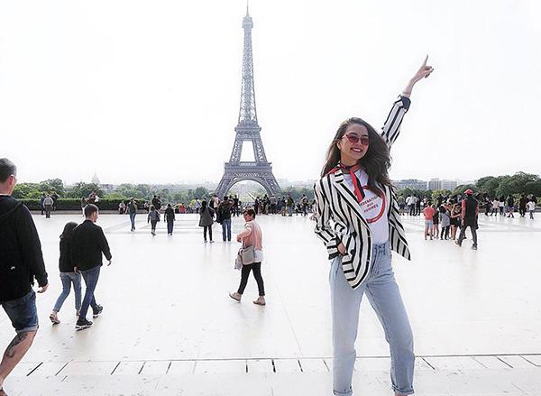 Thiều Bảo Trang hào hứng khi được đặt chân đến Paris, chụp hình cùng tháp Eiffel.