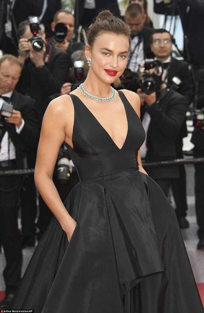 <p> Mẫu nội y nóng bỏng Irina Shayk khoe thân hình gợi cảm với đầm đen xếp tầng, xẻ cổ sâu.</p>