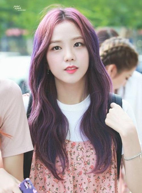 Ji Soo tiết lộ thời còn làm thực tập sinh đã bị SM lôi kéo, mời đến thử giọng nhưng cô nàng nhất quyết chọn YG. Nhan sắc chuẩn nữ thần, nét đẹp mong manh của thành viên Black Pink khác hoàn toàn với gu gái đẹp lạ, cá tính của công ty quản lý hiện tại.