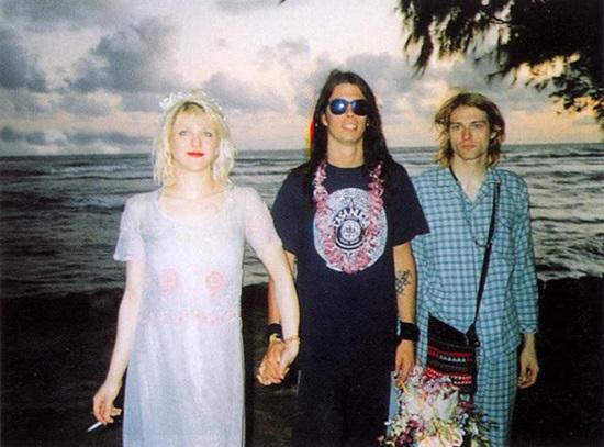 Kurt Cobain và Courtney Love gặp nhau vào tháng 1/1990 tại một hộp đêm ở Portland, Mỹ. Năm 1992, họ kết hôn trên bãi biển Waikiki ở Hawaii. Chỉ có 8 khách trong đám cưới của họ bao gồm David Grohl (người đứng thứ hai trong bức ảnh đứng cạnh cô dâu). Courtney mượn chiếc váy từ bạn mình và Kurt mặc bộ đồ ngủ vì anh lười thay đồ.