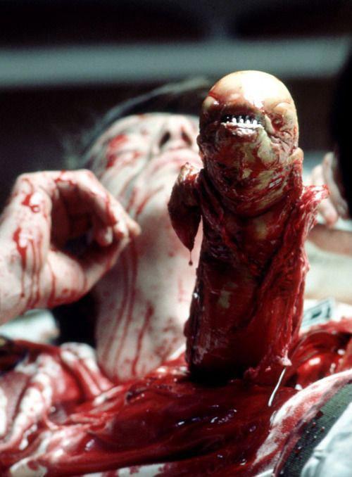 Cảnh nổi tiếng trong phim khi phi hành đoàn bị sinh vật ngoài vụ trụ tấn công.
