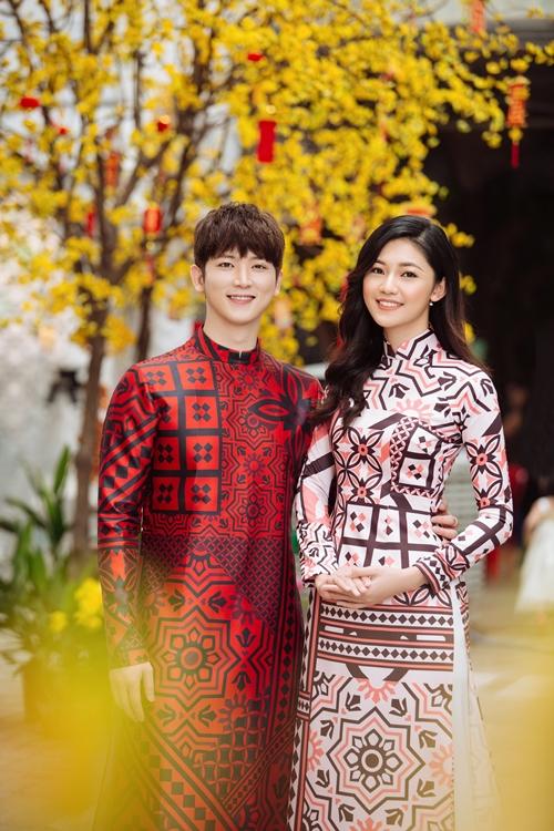 Á hậu Thanh Tú e ấp bên trai Hàn đón Tết