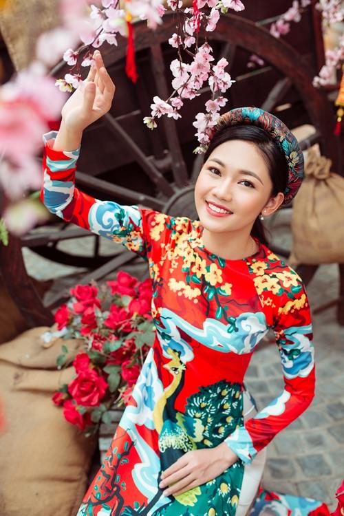 Á hậu Thanh Tú e ấp bên trai Hàn đón Tết - 3