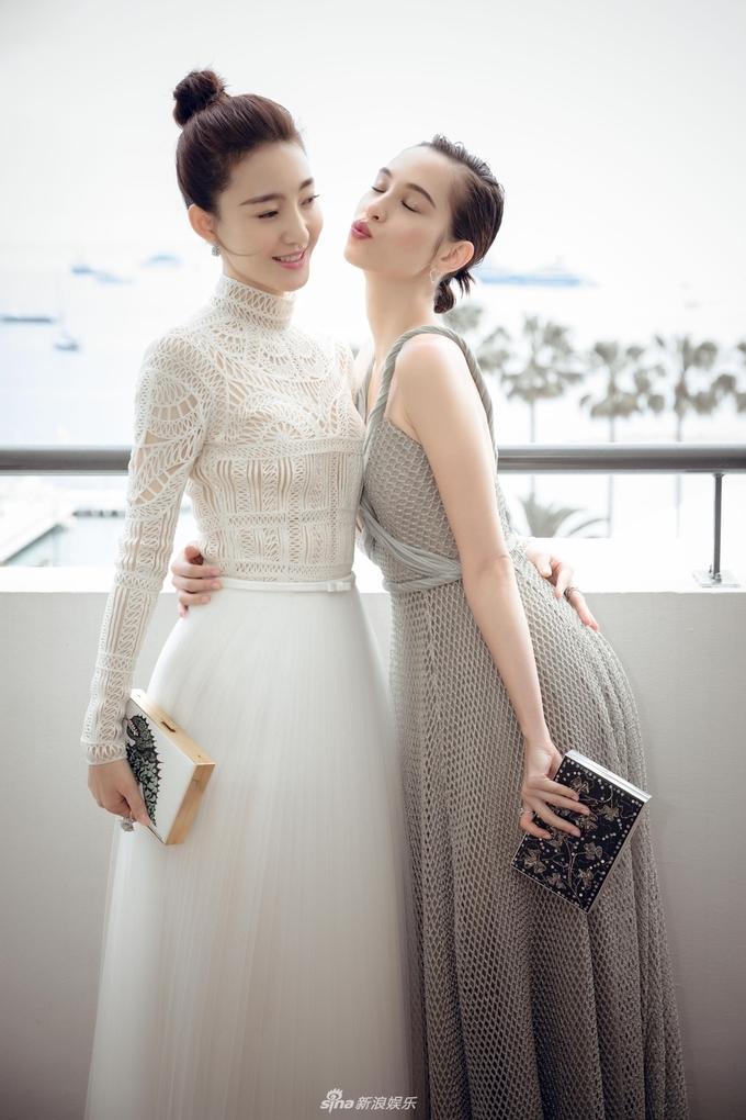 <p> Vương Lệ Khôn và Kiko Mizuhara thân thiết tạo dáng.</p>