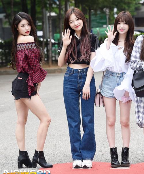 Mỗi lần xuất hiện ở sự kiện, Mi Joo luôn là thành viên có nhữn cách tạo dáng độc, khác biệt hoàn toàn với phong cách thường ngày của Lovelyz.